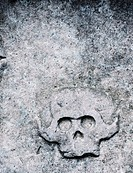 Tombstone with ominous engraving of an old skull