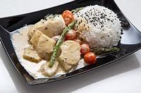 Bacalao al curry verde con esparragos trigueros y tomates cherry.