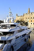 Malta, World Heritage Site, Valletta, Birgu (Vittoriosa), Luxurious yacht and fort Saint Angelo.