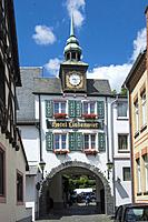 Hotel forming an archway over the Drosselgasse (lane) at Rudesheim, Upper Middle Rhine Valley, Germany.