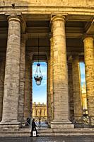 Catholic nun, Bernini´s colonnade, St Peter´s square, Vatican city, Rome, Lazio, Italy, Europe.