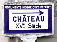 Panneau d'indication d'un chateau du XVeme siecle (Boussac).
