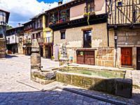 Plaza Mayor y fuente. San Martín del Castañar. Sierra de Francia. Salamanca. Castilla León. España.