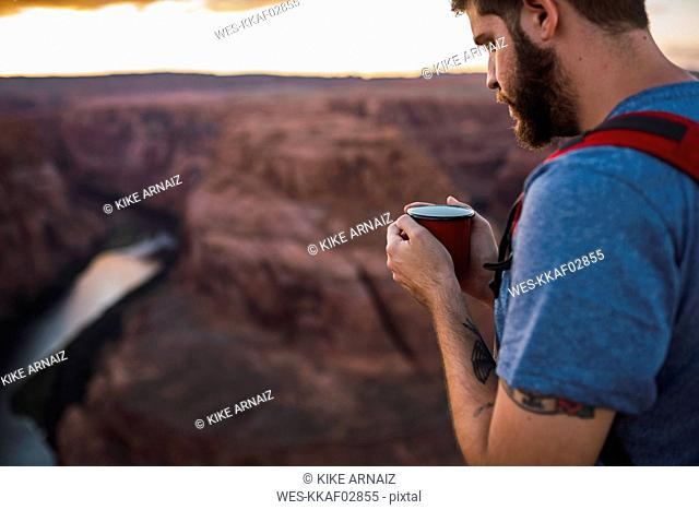 USA, Arizona, Horseshoe Bend, Young man holding red cup