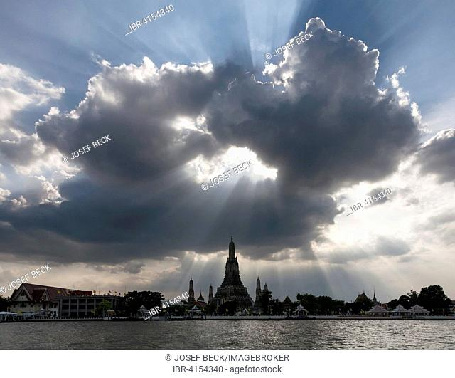 Hole in the clouds, Wat Arun, Temple of Dawn, Bangkok, Thailand