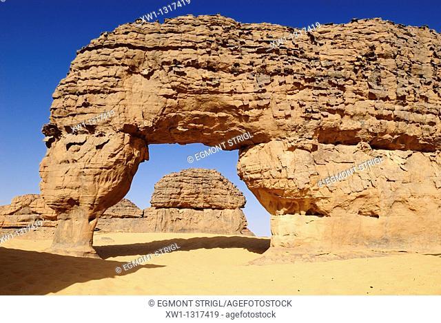 natural bridge, arch, sandstone rock formation at Youf Ahakit, Tassili du Hoggar, Wilaya Tamanrasset, Sahara Desert, Algeria, North Africa