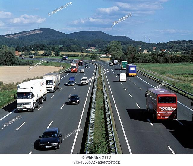 Deutschland, Niedersachsen, Wesergebirge, Naturpark Weserbergland-Schaumburg-Hameln, Autobahn A2, Autoverkehr, Strassenverkehr, LKW, PKW, Germany, Lower Saxony