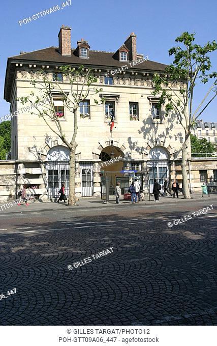tourism, France, paris 14th arrondissement, place denfert rochereau, denfert rochereau square, octroy building of ledoux Photo Gilles Targat