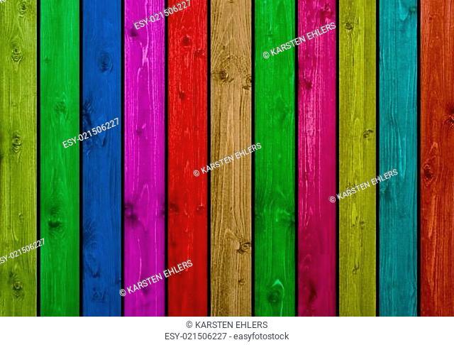 Holzwand mit vielen farbigen Holzbrettern