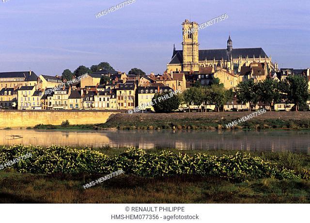 France, Nièvre (58), Nevers, city and bridge on the river loire