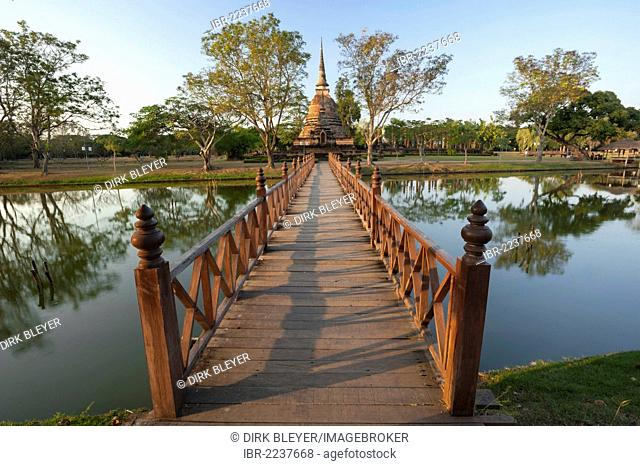 Wooden bridge, Wat Sa Si or Sra Sri temple, Sukhothai Historical Park, UNESCO World Heritage Site, Northern Thailand, Thailand, Asia