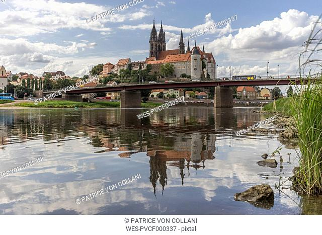 Germany, Meissen, view to Albrechtsburg castle with Elbe River in the foreground