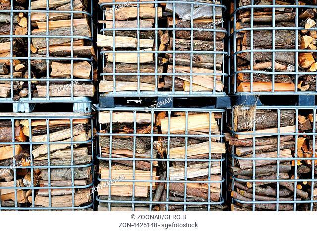 in Gitterboxen das Brennholz gestapelt, in mesh boxes stacked firewood