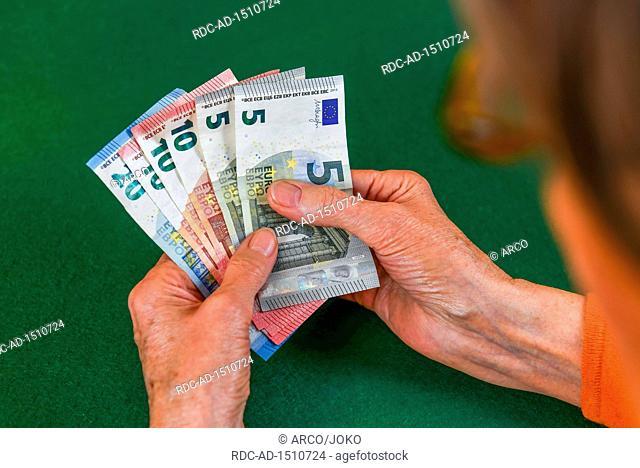 Symbolfoto, Rente, Seniorin, Haende, Geld