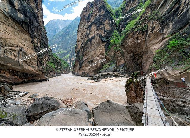 China, Yunnan Sheng, Diqing Zangzuzizhizhou, hike (2-day tour) to the Tigersprung Gorge of the Yangtze River, bridge to a boulder in the Yangtze River