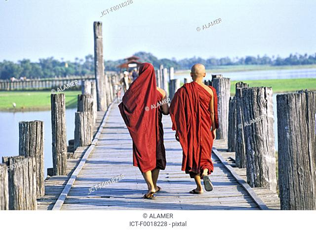 Myanmar, Mandalay, Thaungthaman lake, bonzes on U Bein bridge