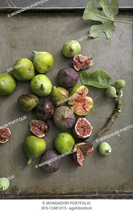 Fresh figs on a baking tray