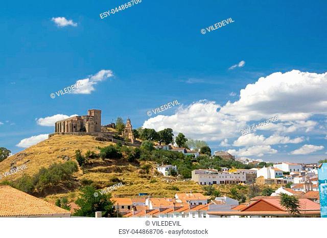 Castillo que encumbra la ciudad de Aracena, situada en la sierra del mismo nombre. / Castle that raise Aracena's city, placed in the mountain range of the same...
