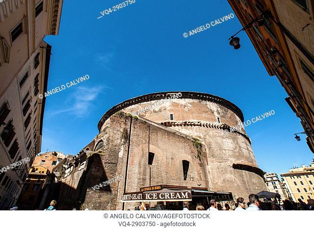 Lateral View of the The Pantheon Italian, La Rotonda, built around 118-125 AD, since 609 AD Catholic Church, Rome, Italy