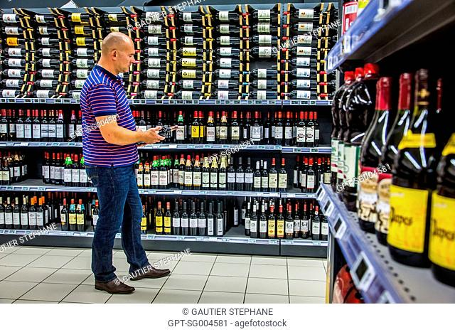 WINE AISLE, WINE FAIR AT A SUPERMARKET, BRETIGNOLLES SUR MER, (85) VENDEE, LOIRE REGION, FRANCE