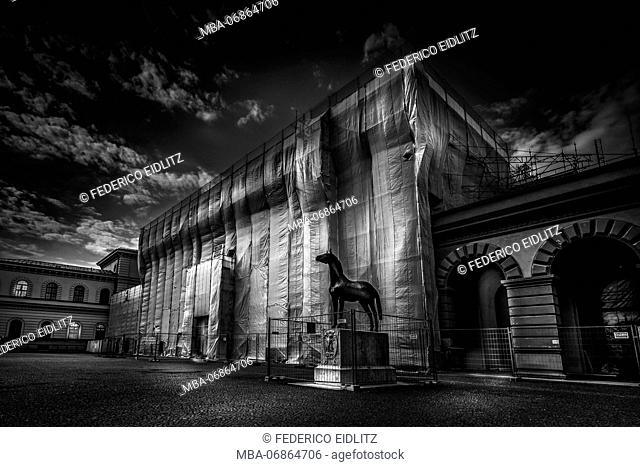 Munich, Staatsarchiv, scaffold, covered, evening mood, s/w