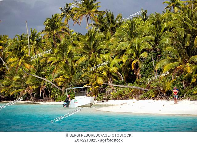 Aitutaki. Cook Island. Polynesia. South Pacific Ocean. Several tourist boats moored on the beach in One Foot. Aitutaki's One Foot Island (Tapuaetai) won the...