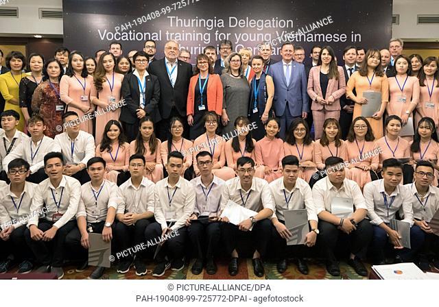 08 April 2019, Vietnam, Hanoi: Bodo Ramelow (left), Prime Minister of Thuringia, future Vietnamese trainees for Thuringia and representatives of their training...