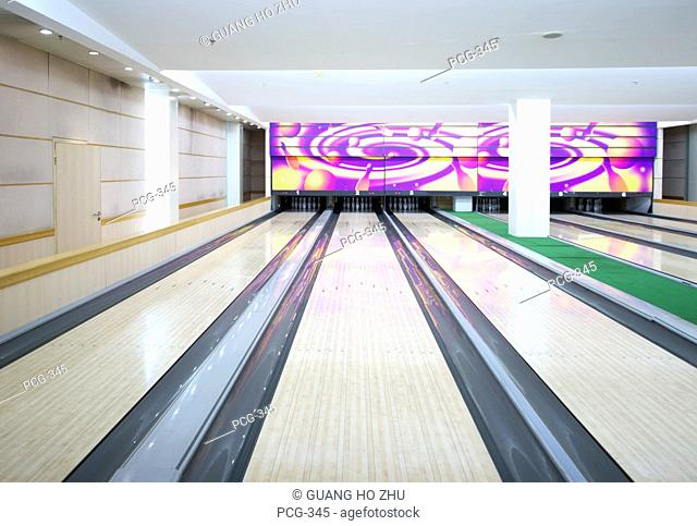 A clear lane in a bowling alley