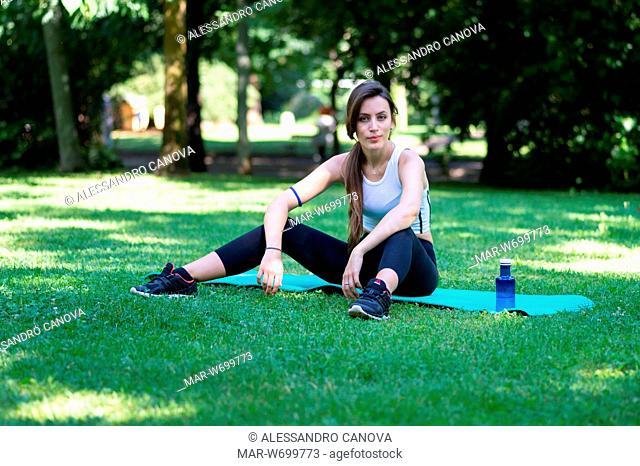 Ragazza che fà ginnastica in pausa allenamento