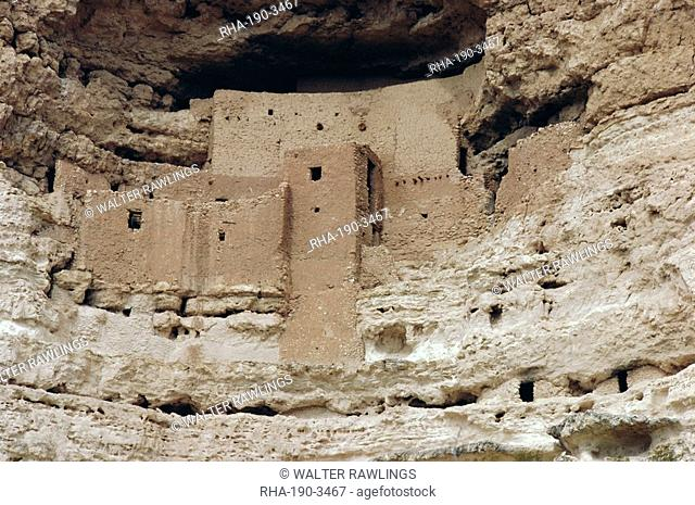 Montezuma Castle dating from 1100-1400 AD in limestone cliff, Sinagua, Arizona, USA, North America