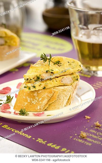 montadito de tortilla con langostinos y perejil