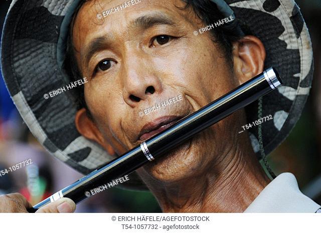 Thai plays a Pipe