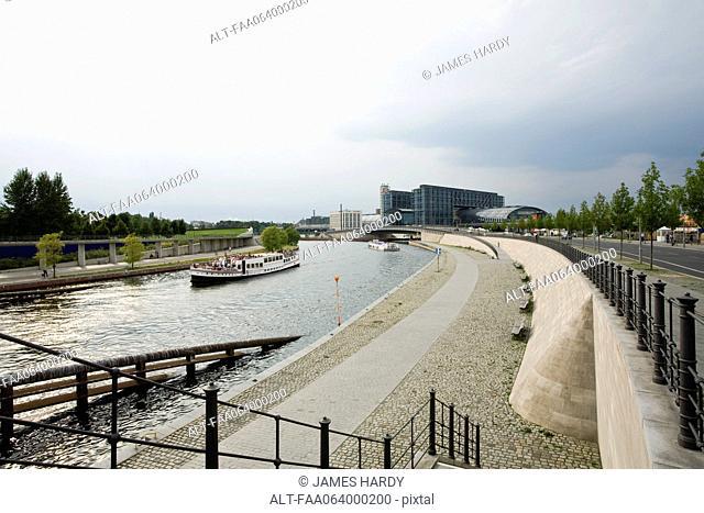 Germany, Berlin, the River Spree, Berlin Hauptbahnhof Berlin's main railway station in background