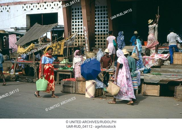 Einkauf auf dem Wochenmarkt, Madagaskar 1989. Shopping on the weekly market, Madagascar 1989