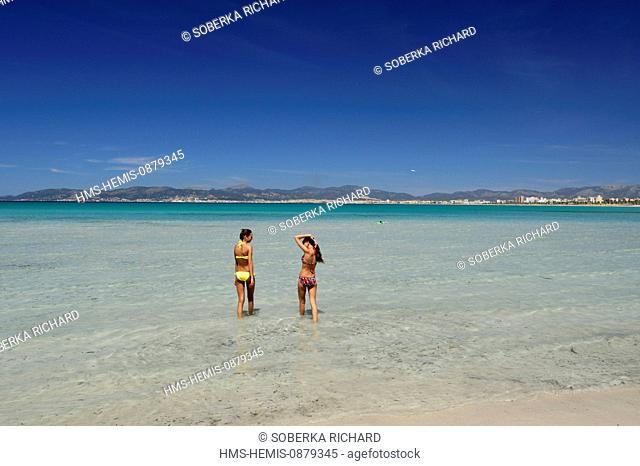 Spain, Balearic Islands, Mallorca, S'Arenal, El Arenal, Palma beach, young women entering the water