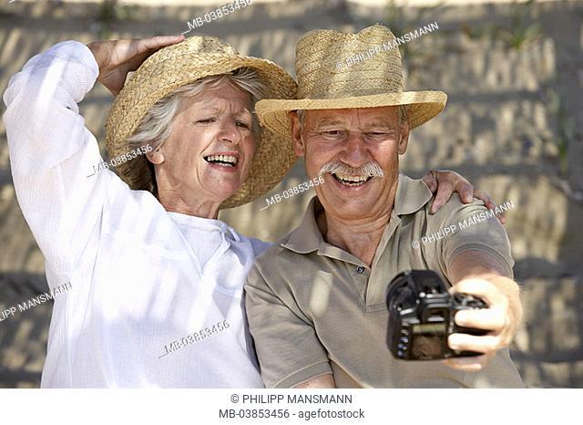 Beach, senior-pair, camera, self-portrait, cheerfully, detail, series, people, seniors, pair, 60-70 years, happily, pleasantry, love, harmony, digital-camera