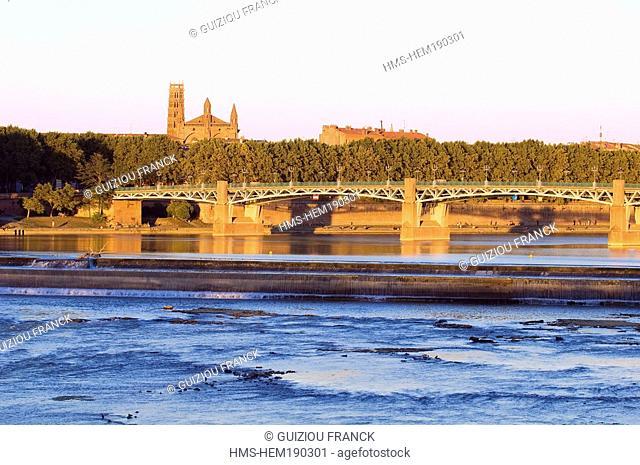 France, Haute Garonne, Toulouse, Garonne river banks, Pont Saint Pierre and the Couvent des Jacobins Jacobin convent in the background