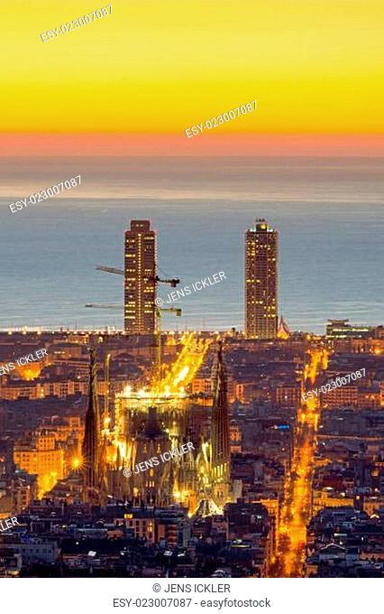 Barcelona mit der Sagrada Familia bei Sonnenaufgang