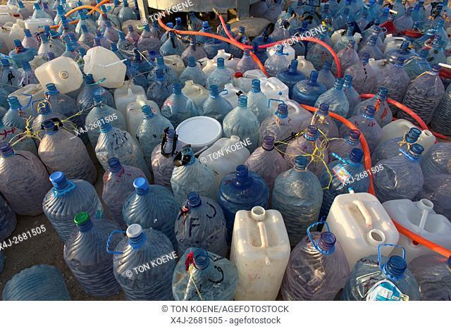 Water distribution in Khanaqin refugee camp, Northern Iraq