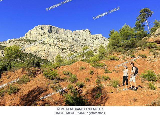 France, Bouches du Rhone, Aix, Sainte Victoire, Beaurecueil, Terres Rouges, road Cezanne, mountain Sainte Victoire in the background