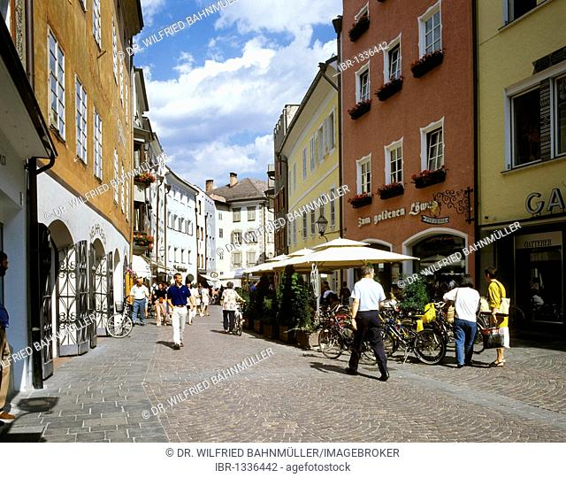 Stadtgasse with row of houses from 16. and. 17. century, Bruneck, Pustertal, South Tyrol, Italy, Europe