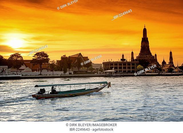 Wat Arun, Temple of Dawn, Ruea Hang Yao or long tail boat on the Chao Phraya River, at sunset, Bangkok, Thailand, Asia