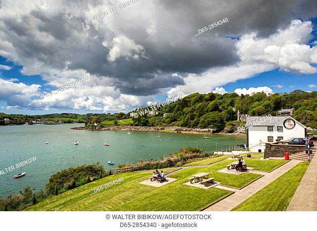 Ireland, County Cork, Glandore, outdoor dining outside the Glandore Inn