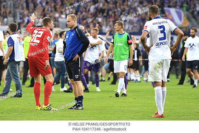 Kai Raabe (KSC goalkeeper coach) troests goalkeeper Benjamin Uphoff (KSC). frustrated, disappointment, frustrated, disappointed