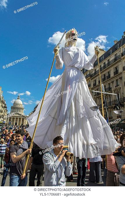 Paris, France, French Street Theatre Group, Holding huge Statue, Outside on Street During Annual May Day Events