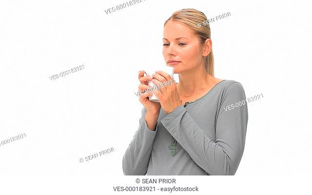 Eine Frau genie?t ihren Kaffee