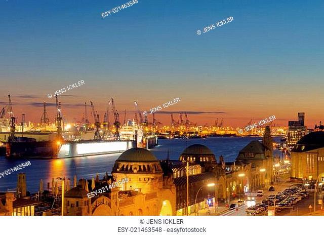 Sonnenuntergang am Hafen in Hamburg, Deutschland