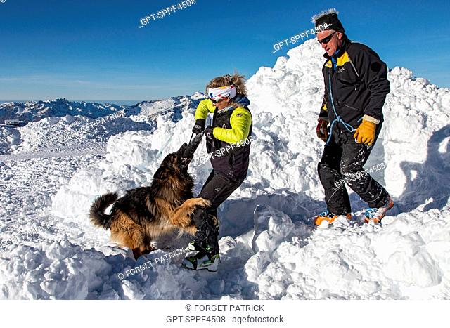 THE GERMAN SHEPHERD YANKEE REWARDED BY FABIENNE VEDERE, AN ANENA INSTRUCTOR IN THE COMPANY OF FRANCOIS MARTINAL, ANOTHER ANENA INSTRUCTOR