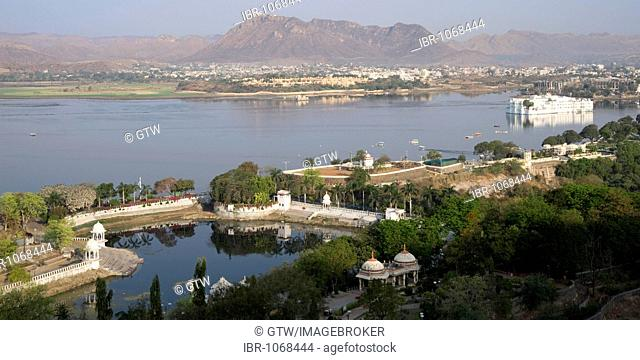 View over Lake Pichola and Lake Palace Hotel, former Jag Niwas Palace, Udaipur, Rajasthan, India, South Asia