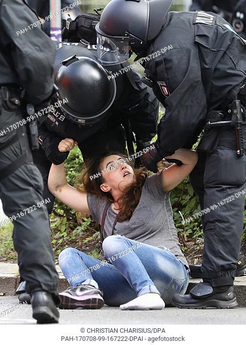 Eine junge Teilnehmerin, die eine Demonstration gegen den G20-Gipfel in Hamburg bereits verlassen hatte, rangelt am 08.07